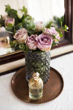 Πορφυρά, μωβ φρέσκα θερινά τριαντάφυλλα χρώματος στο βάζο και το άρωμα από το θόριο Στοκ Εικόνες