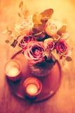 Πορφυρά, μωβ φρέσκα θερινά τριαντάφυλλα χρώματος στο βάζο με τον άσπρο τοίχο β Στοκ εικόνες με δικαίωμα ελεύθερης χρήσης