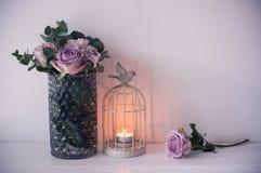 Πορφυρά, μωβ φρέσκα θερινά τριαντάφυλλα χρώματος στο βάζο με τον άσπρο τοίχο β Στοκ Εικόνα