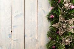 Πορφυρά παιχνίδι και αστέρι διακοσμήσεων Χριστουγέννων Στοκ Φωτογραφίες