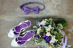 Πορφυρά παπούτσια δεσμών τόξων ανθοδεσμών γαμήλιων εξαρτημάτων στοκ φωτογραφίες