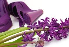 πορφυρά παπούτσια λουλουδιών μόδας Στοκ Φωτογραφία