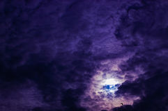 Πορφυρά Cumulonimbus σύννεφων στον ουρανό απεικόνιση αποθεμάτων