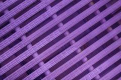 Πορφυρές αφηρημένες πλέγματος σύγχρονες ορμούμενες πλαστικό γραμμές χρώματος υποβάθρου άσπρες Στοκ φωτογραφία με δικαίωμα ελεύθερης χρήσης