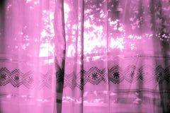 Πορφυρές κουρτίνες υφάσματος με το φως Στοκ εικόνα με δικαίωμα ελεύθερης χρήσης