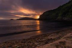 Πορφυρή άποψη ηλιοβασιλέματος σχετικά με την παραλία της ρωσικής Άπω Ανατολής στοκ φωτογραφία