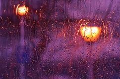 Πορφυρή βροχή στο γυαλί παραθύρων στοκ φωτογραφίες με δικαίωμα ελεύθερης χρήσης