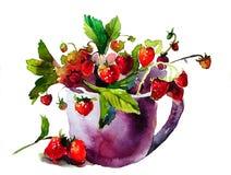 Πορφυρή κούπα με τις ώριμες κόκκινες φράουλες Στοκ Φωτογραφία