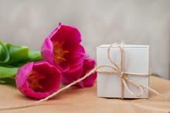 Πορφυρή τουλίπα τρία και ένα κιβώτιο για το δώρο Στοκ φωτογραφίες με δικαίωμα ελεύθερης χρήσης