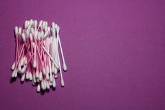 Πορφυροί οφθαλμοί βαμβακιού που καθαρίζουν τα αυτιά Στοκ εικόνα με δικαίωμα ελεύθερης χρήσης