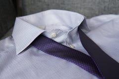 Πορφυρός δεσμός στο άσπρο πουκάμισο στοκ εικόνα με δικαίωμα ελεύθερης χρήσης