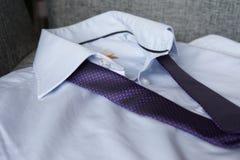 Πορφυρός δεσμός στο μπλε πουκάμισο στοκ εικόνα με δικαίωμα ελεύθερης χρήσης