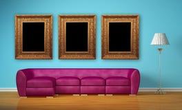 Πορφυρός καναπές με τα πρότυπα πλαίσια λαμπτήρων και εικόνων Στοκ Εικόνες