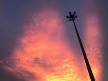 Πορφυρός ουρανός και ελαφρύ slihouette πόλων στοκ εικόνα