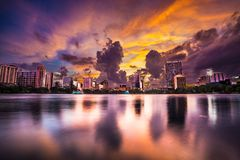 Πορφυρός ουρανός πέρα από το στο κέντρο της πόλης Ορλάντο στο πάρκο Eola λιμνών στοκ φωτογραφία με δικαίωμα ελεύθερης χρήσης