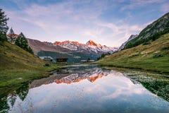 Πορφυρό ηλιοβασίλεμα πέρα από το χιονώδες βουνό ζούλιγμα-Blanche που απεικονίζει στο AR στοκ εικόνες