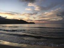 Πορφυρό ηλιοβασίλεμα στον κόλπο Hanalei Kauai στο νησί στη Χαβάη Στοκ Εικόνες