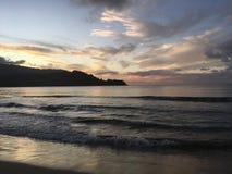 Πορφυρό ηλιοβασίλεμα στον κόλπο Hanalei Kauai στο νησί στη Χαβάη Στοκ φωτογραφία με δικαίωμα ελεύθερης χρήσης