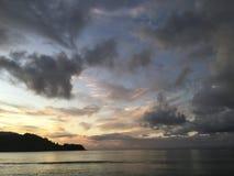 Πορφυρό ηλιοβασίλεμα στον κόλπο Hanalei Kauai στο νησί στη Χαβάη Στοκ Φωτογραφία