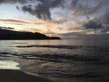 Πορφυρό ηλιοβασίλεμα στον κόλπο Hanalei Kauai στο νησί στη Χαβάη Στοκ Φωτογραφίες