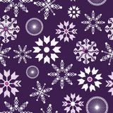 Πορφυρό και άσπρο snowflakes άνευ ραφής σχέδιο Χριστουγέννων ελεύθερη απεικόνιση δικαιώματος