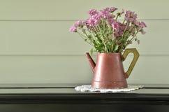 Πορφυρό λουλούδι εκλεκτής ποιότητας vase στο πιάνο στοκ φωτογραφία