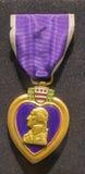 Πορφυρό μετάλλιο καρδιών σε ένα σκοτεινό υπόβαθρο Στοκ εικόνα με δικαίωμα ελεύθερης χρήσης