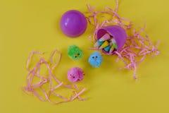Πορφυρό πλαστικό αυγό Πάσχας που γεμίζουν με τους νεοσσούς μωρών καραμελών και παιχνιδιών Στοκ εικόνα με δικαίωμα ελεύθερης χρήσης