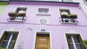 Πορφυρό σπίτι της Νίκαιας που διακοσμείται με τα λουλούδια, όμορφη οδός στο Παρίσι, Γαλλία απόθεμα βίντεο