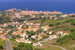 Πορφυρό τοπίο ακτών των Πυρηναίων Orientales, τομείς αμπελώνων με το χωριό Collioure Στοκ Φωτογραφίες
