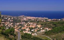 Πορφυρό τοπίο ακτών των Πυρηναίων Orientales, τομείς αμπελώνων με το χωριό Collioure Στοκ Φωτογραφία