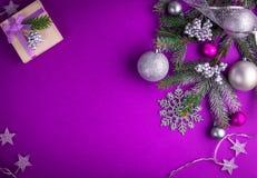 Πορφυρό υπόβαθρο Χριστουγέννων με ένα παρόν Στοκ Φωτογραφία