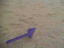 Πορφυρό φτυάρι στην άμμο στοκ φωτογραφία