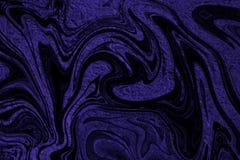 Πορφυρό φύλλο αλουμινίου με μια επικάλυψη των απόκοσμων μαύρων μορφών απεικόνιση αποθεμάτων