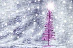 Πορφυρό χριστουγεννιάτικο δέντρο με το ασημένιο υπόβαθρο Στοκ φωτογραφία με δικαίωμα ελεύθερης χρήσης