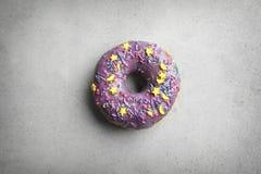 Πορφυρό doughnut με ψεκάζει Στοκ εικόνες με δικαίωμα ελεύθερης χρήσης