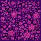 Πορφυρό floral σχέδιο με τα ευθυγραμμισμένα και χρωματισμένα λουλούδια στο σκοτεινό ιώδες υπόβαθρο Στοκ Εικόνες