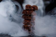 Πορώδης σοκολάτα στο σωρό σε μια μαύρη κινηματογράφηση σε πρώτο πλάνο υποβάθρου Κομμάτια της σοκολάτας γάλακτος, που παρατάσσοντα Στοκ Εικόνες