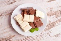 Πορώδης άσπρη σοκολάτα και σοκολάτα γάλακτος Στοκ εικόνα με δικαίωμα ελεύθερης χρήσης