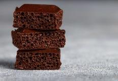 Πορώδης σοκολάτα γάλακτος, που σπάζουν στα κομμάτια Στοκ Εικόνα