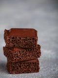 Πορώδης σοκολάτα γάλακτος, που σπάζουν στα κομμάτια Στοκ Φωτογραφίες