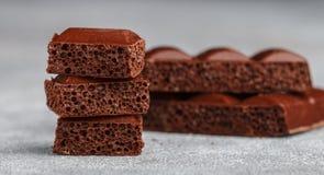Πορώδης σοκολάτα γάλακτος, που σπάζουν στα κομμάτια Στοκ Φωτογραφία