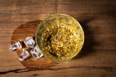 Ποτά ουίσκυ σε ξύλινο Στοκ Εικόνες