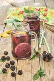 Ποτά που γίνονται με τα φρέσκα βατόμουρα Στοκ Εικόνες