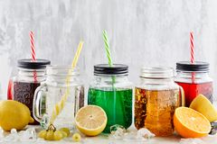 Ποτά σόδας στο ελαφρύ υπόβαθρο Στοκ Εικόνες
