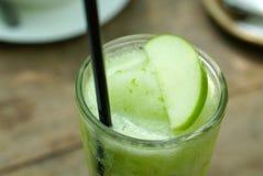 Ποτά της Apple frappe με τη φωτογραφική διαφάνεια μήλων στην κορυφή Στοκ φωτογραφία με δικαίωμα ελεύθερης χρήσης