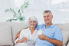 Ποτήρια κατανάλωσης ζεύγους του γάλακτος Στοκ φωτογραφία με δικαίωμα ελεύθερης χρήσης