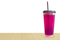 Ποτήρια της γλυκιάς ρόδινης σόδας νερού με τη σόδα κύβων πάγου, μαλακά Στοκ εικόνα με δικαίωμα ελεύθερης χρήσης