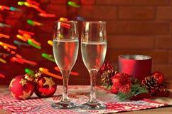 Ποτήρια της σαμπάνιας και της διακόσμησης Χριστουγέννων Στοκ Φωτογραφίες