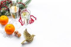 Ποτήρια της σαμπάνιας και της νέας διακόσμησης έτους στο άσπρο υπόβαθρο copyspace Στοκ εικόνα με δικαίωμα ελεύθερης χρήσης